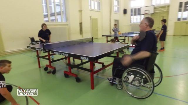 Roland Guex teste le tennis de table en fauteuil roulant