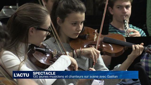 130 jeunes musiciens et chanteurs sur scène avec Gaëtan
