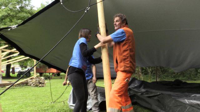 Virginie teste le montage d'une tente