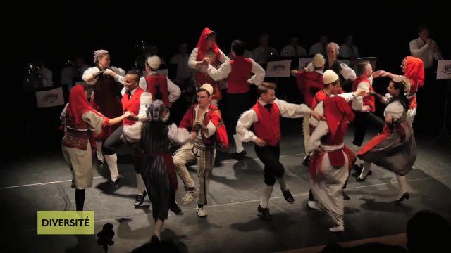 Quand les folklores suisses et albanais se découvrent