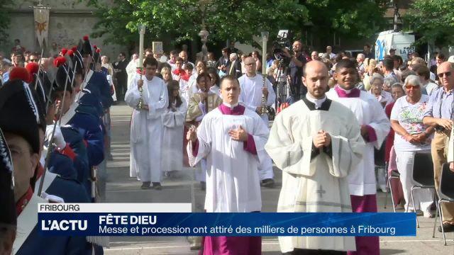 Des milliers de personnes pour la Fête-Dieu à Fribourg