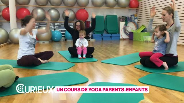 Un cours de yoga parents-enfants