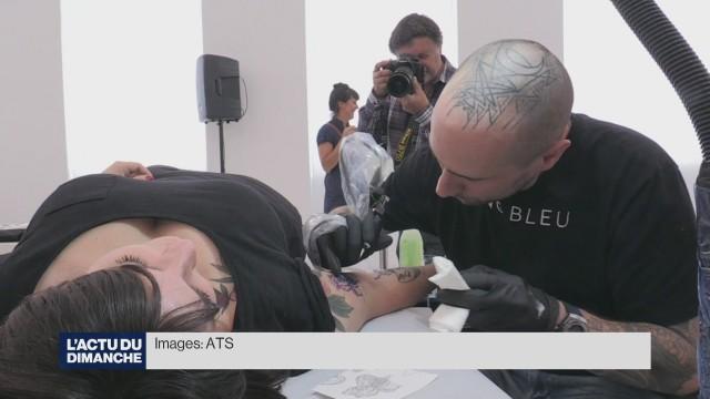 Performance de tatouage au Musée historique de Lausanne