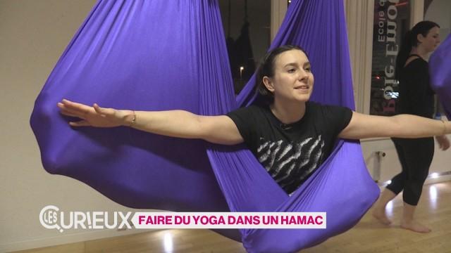 Faire du yoga dans un hamac