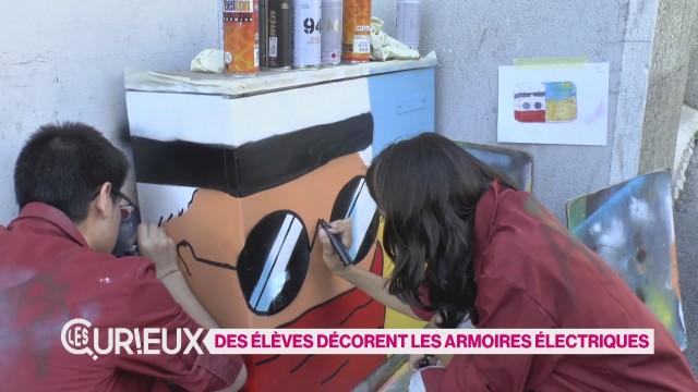 Des élèves décorent des armoires électriques