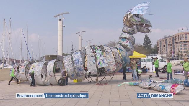 Le plastique se transforme en monstre